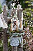 Weihnachtliche Dekoration mit Kerzen und Zimtsternen am Gartenzaun