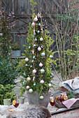 Weihnachtsdekoration für die Terrasse mit Zweigen