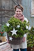 Frau trägt Mops-Kiefer geschmückt mit Sternen