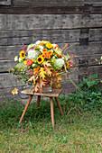 Herbststrauß mit Hortensie, Chrysanthemen, Sonnenblumen und Eichenlaub