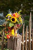 Herbststrauß mit Sonnenblume und Chrysanthemen