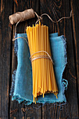 Ungekochte Bucatini, gebündelt auf Tuch