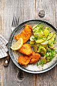Backhendl auf gekräutertem Kartoffelsalat mit Radieschen