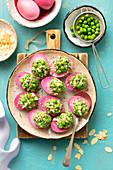 In Rote-Bete-Saft gefärbte Eier gefüllt mit Spinat, Erbsen und Feta