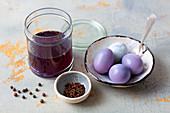 Rotkohlkochwasser zum Marinieren und Färben von hartgekochten Eiern