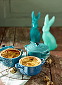 Oefs Cocotte served in ramekins with Easter decorations