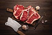 Rohes Ribeye-Steak, T-Bone-Steak und Cowboy-Steak