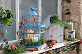 Schlichter Adventskranz mit Hagebutten und Kiefernzweigen im Vogelkäfig