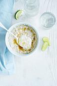 Einfaches Porridge mit Honig, Joghurt und Kokosraspeln