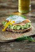 Brot mit Avocadocreme, Lachs und pochiertem Ei