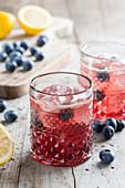 Cocktail mit Heidelbeeren und Eiswürfeln