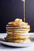 Ein Stapel Pancakes mit Butter und Ahornsirup
