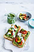 Geröstetes Baguette mit Grünkohl-Hummus und Gemüse
