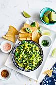 Mexikanische Guacamole mit Schwarzkohl, dazu Maischips