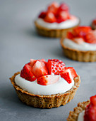 Muesli tartlets with a yoghurt filling and strawberries