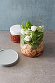 Nudelsalat im Glas mit Tomaten-Vinaigrette 'To Go'