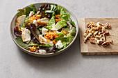 Basis-Salat mit Schafskäse, roten Linsen und Nüssen
