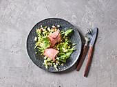 Gorgonzola-Roastbeef-Rolls auf Apfel-Sellerie-Salat