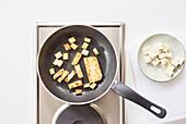 Tofu in dünnen Scheiben braten