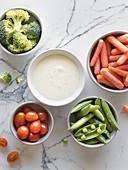 Veggie-Snack mit Ranch-Sauce