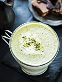 Matcha latte mit Kokosmilch