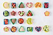 Früchte, Gemüse, Samen und Nüsse in verschiedenen Frischhaltedosen