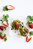 Green smoothie muffins with strawberries and chocolate