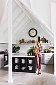 Küche in Weiß mit schwarzer Kücheninsel unter Giebeldach