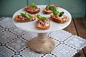 Crostini mit Salsiccia und Taleggio auf Etagere