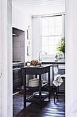 Blick in Küche mit rustikaler Kücheninsel