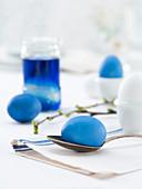 Ostereier blau färben