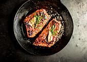 Steaks vom Roastbeef in einer Pfanne