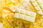 Ananas-Kokos-Stieleis
