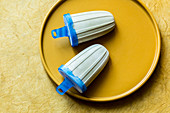 Lakritz-Stieleis mit weißer Schokolade