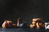 Selbst gemachtes Blätterteiggebäck: Zimtschnecke, Croissant und Vintage Kaffeekännchen