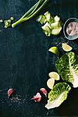 Frühlingszwiebeln, Gurken, Chia, Limetten, Romanasalat und Knoblauch