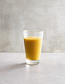 Vitaminreicher ACE-Smoothie mit Möhre, Apfel, Banane und Orange