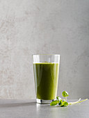 Watercress and pear smoothie with papaya and coconut water