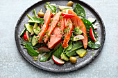 Spinach salad with salmon and radishes