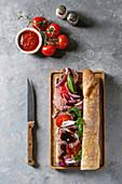 Baguettesandwich mit Rindfleisch, Tomaten und Basilikum