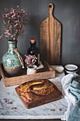 Banana Bread auf Marmortisch