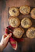 Chocolatechip Cookies auf Abkühlgitter