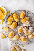 Selbstgemachte Zitronen-Madeleines mit Lemon Curd und Zitronenschale