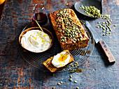 Würziges Kürbis-Möhren-Brot mit Walnuß, eine Scheibe mit Ricotta und Honig