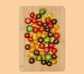 Bunte Tomaten auf Holzbrett