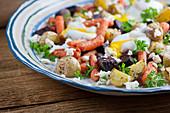 Gebratener Gemüsesalat mit pochiertem Ei