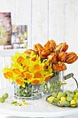 Frühlingsblumen in Vasen