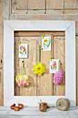 Stillleben mit Bilderrahmen, Blüten und Blumenkarten