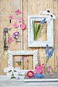 Stillleben mit Bilderrahmen und Blüten