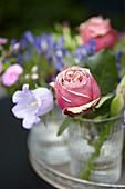 Blüten von Rose und Glockenblume